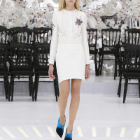 LOOK 31,OFF WHITE JACQUARD SILK PLEATED JACKET WITH OFF WHITE JACQUARD SILK SKIRT.