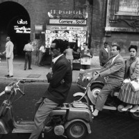 ウィリアム・クライン「Red Light, Piazzale Flaminio, Rome 1956」