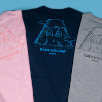 「KAWS:HOLIDAY JAPAN Tシャツ」ポケット:ピンク/ネービー/グレー(M&L 各5,500円)