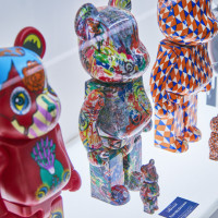 右から2番目:BE@RBRICK Barry McGee 100% & 400% 右から3番目:BE@RBRICK Ryan McGinness 100% & 400%