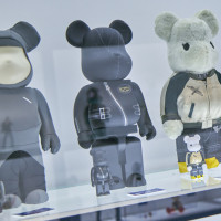 左から2番目:BE@RBRICK×Lewis Leathers 100% & 400% 中央:sacai × BE@RBRICK 100% & 400%