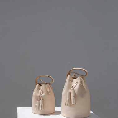 左/「MINI BUCKET in NUDE」(5万7,000円)、右/「BUCKET」(6万2,000円)