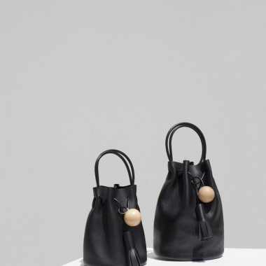 左/「MINI BUCKET in Pebbled」(5万6,000円)、右/「BUCKET in Pebbled」(6万2,000円)