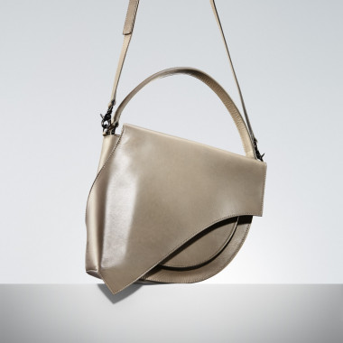「Flap Hand-Bag(Beige/Red/Black)」(10万3,000円)