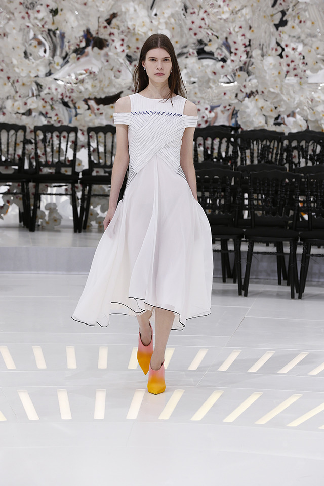 LOOK 60,EMBROIDERED WHITE PLEATED SILK DRESS.