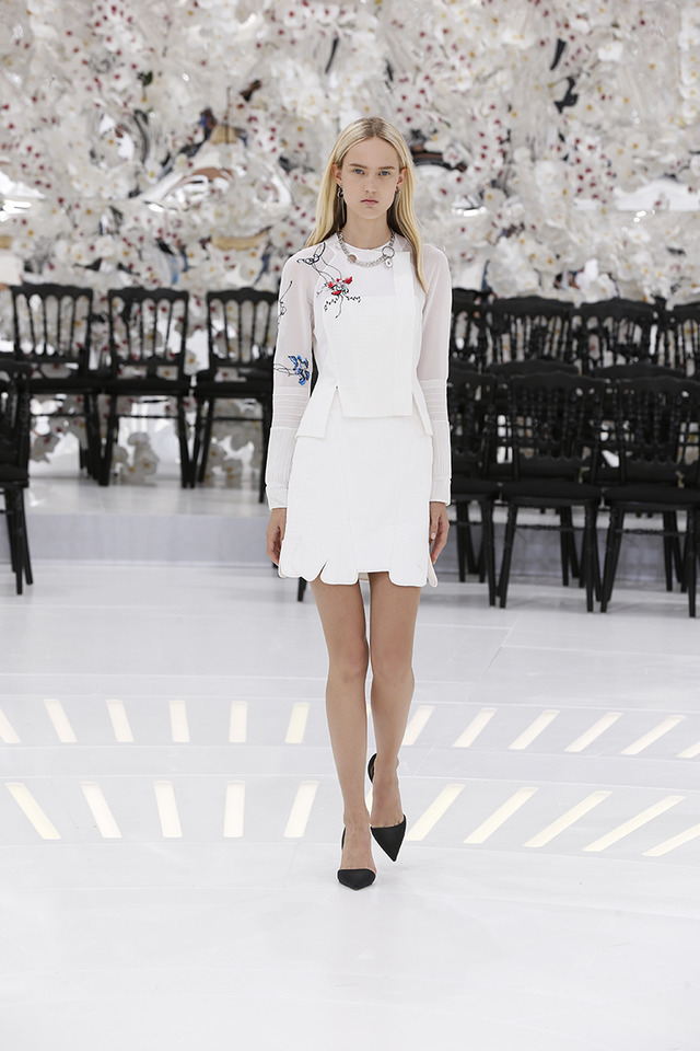 LOOK 29,EMBROIDERED PLEATED AND STITCHED WHITE SILK JACKET WITH WHITE STITCHED SILK SKIRT.