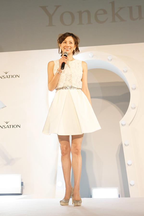 白ミニ丈ドレスの米倉涼子