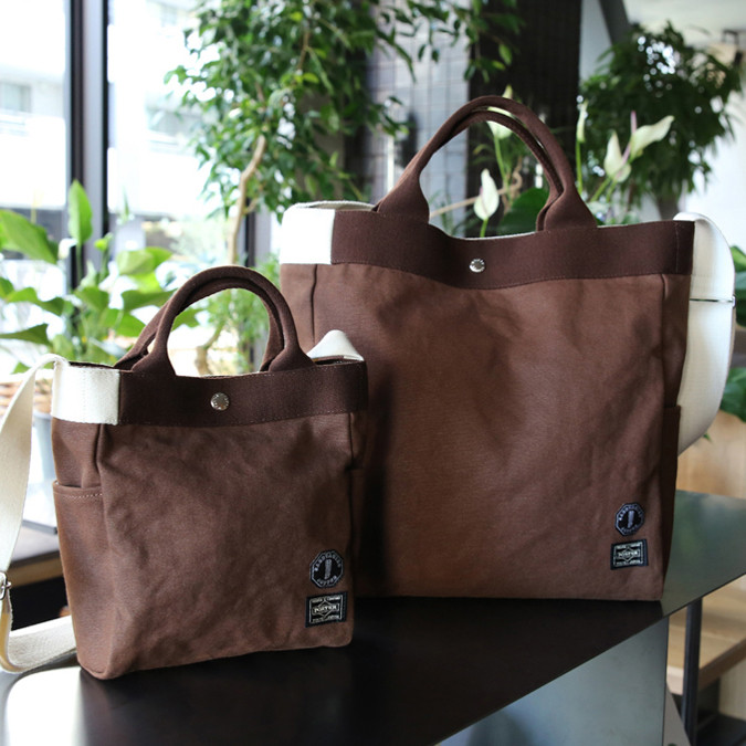 右:「2WAY TOTE BAG(L)」(1万8,000円) 左:「2WAY TOTE BAG(S)」(1万5,000円)