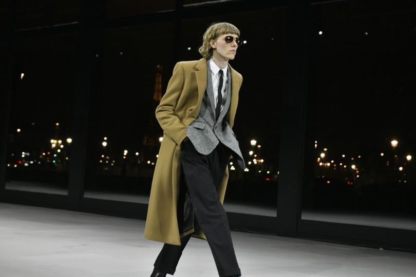 e4a6c2408dee ロックンロールのスリムなスタイルをベースに2000年以降の新しいメンズウエアに刺激を与え続けてきたエディ・スリマンが今回「ロンドン・ダイアリー」というテーマで  ...