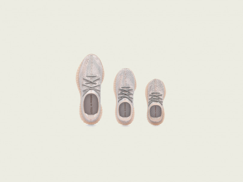 「YEEZY BOOST 350 V2 Synth (FV5578)」(メンズ/ウィメンズ 2万8,000円)、「YEEZY BOOST 350 V2 Synth KIDS (FV5675)」(キッズ 1万8,000円)、「YEEZY BOOST 350 V2 Synth INFANT (FV5671)」(ベビー 1万6,000円)